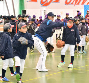 熱血指導、さすがプロの技 花巻で山川、佐藤選手ら野球教室
