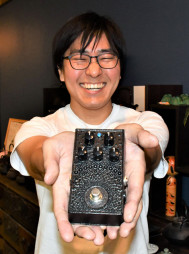 及富と共同開発した「南部鉄器エフェクターあられ」を手にする福嶋圭次郎さん