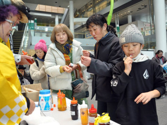 県産蜂蜜を食べ比べ、風味の違いを楽しむ来場者