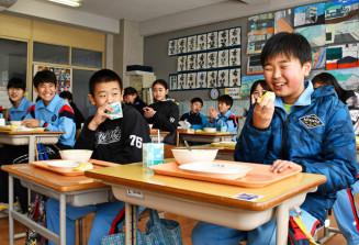 「冬恋」と同品質のリンゴを食べる中央小の児童