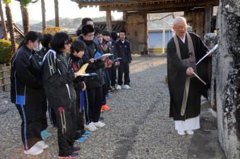 畑山祥山住職から津波の石碑について説明を受ける高田東中の3年生