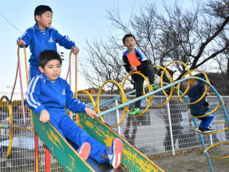 最高気温17.5度まで上がり、上着を脱いで遊ぶ子どもたち=10日午後3時35分、山田町・山田南小