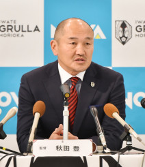 「勝つためにどんな状況でも判断できるチームをつくる」と意欲を示す秋田豊新監督=盛岡市内のホテル
