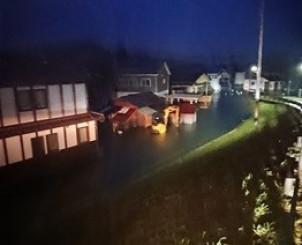 銅谷川があふれ浸水した住宅=10月13日午前5時10分ごろ、一関市中央町(岩手河川国道事務所提供)