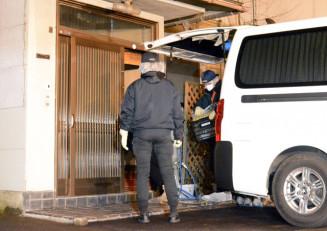玉沢徳一郎元衆院議員の自宅の現場検証を行う捜査員=11日午後6時50分ごろ、盛岡市中ノ橋通