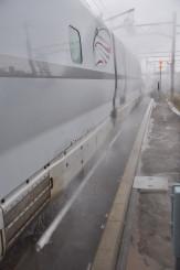 車体の下側から勢いよく温水を噴射する融雪装置