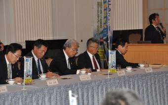 誘致活動の強化に向け、山下了特任教授(右奥)の説明を聞く県ILC推進協議会の役員ら