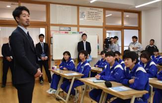 生徒たちに夢に向かって努力する大切さを伝える阿部寿樹選手(左)