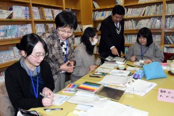 田村勝校長の指導で図書紹介のはがき新聞を作る八幡平市の学校図書館司書