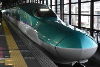 盛岡駅に到着する新幹線=盛岡市・JR盛岡駅