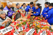手作りのしめ飾りでいい年を 八幡平市で中学生と高齢者が作成