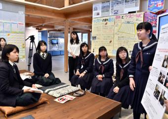 園部高生らに伝承活動を紹介する釜石高の生徒(右)