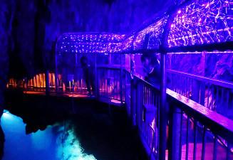 地底湖と通路を幻想的に照らす龍泉洞のイルミネーション