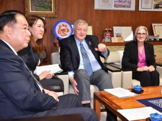 谷藤裕明市長(左)らと懇談するウィリアム・マクレディ会長(中央)とリタさん(右)