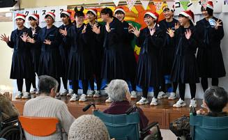 ダンスや歌を笑顔で披露する生徒たち
