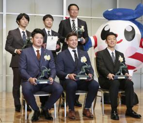 「2019毎日スポーツ人賞」の表彰式に出席した、ラグビー日本代表のピーター・ラブスカフニ(前列中央)、プロ野球ヤクルトの村上宗隆(同左)、パラ競泳の山口尚秀(同右)ら受賞者=18日、東京都内のホテル