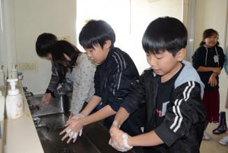 授業前に念入りに手洗いをしてインフルエンザなどを予防する児童たち