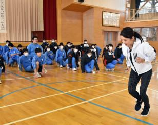 生徒に走るフォームを指導する市橋有里さん(右)