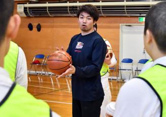 少年らに熱心に指導する岩手ビッグブルズの藤江建典選手