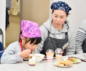 地元の食材を使ったクリスマス料理を味わう参加者