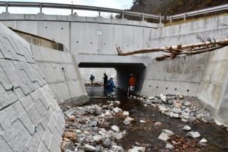 県が島の沢川に設置したコンクリート製の橋。豪雨で周辺に越水し、付近集落で住家被害が相次いだ