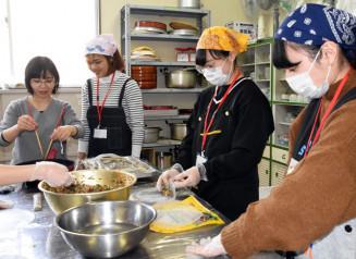 ベトナム料理に挑戦する参加者
