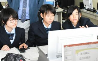 「碑の記憶」の記事や実地研修で探究した過去・現在の津波の教訓を未来につなぐ方策を発表用のパワーポイントにまとめる山田高の1年生
