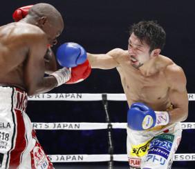 7回、モルティ・ムザラネ(左)を攻める八重樫東=横浜アリーナ