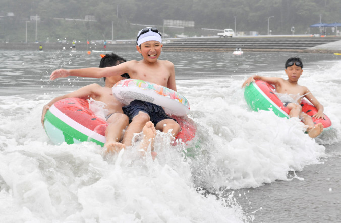 根浜海岸の海開きが行われ、子どもたちは久しぶりの海水浴を楽しんだ