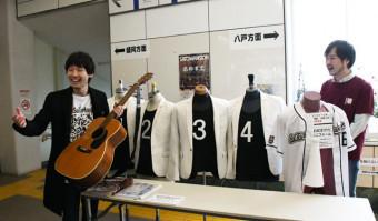 音楽を始めるきっかけとなったギターを手に語る佐藤和夫さん(左)