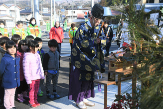 門松を設置し、町民の交通安全を祈願した参加者