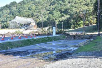 土砂が流入した釜石鵜住居復興スタジアム周辺=10月13日午後0時53分、釜石市鵜住居町