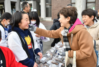 新巻きザケの切り身を販売し、交流する児童と市民ら