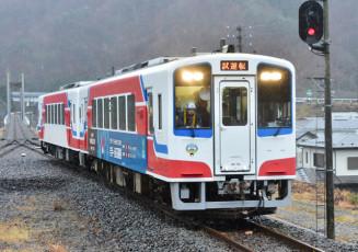 28日の運行再開に向け、田老-田野畑間を試運転する三陸鉄道の車両