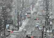 県内大雪、除雪中の男性重傷 内陸沿岸北部、交通に乱れ