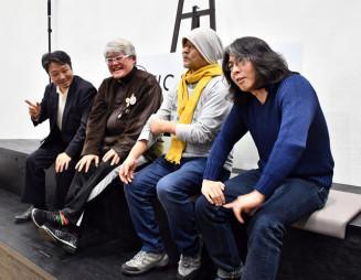 ILC実現への期待を語り合う押井守さん(右から2人目)らILCサポーターズのメンバー=27日、東京都内