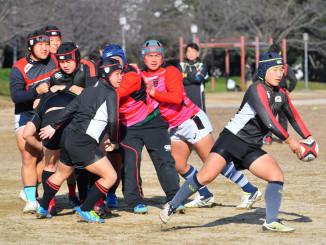 2回戦に向け、モールからの展開を練習する黒沢尻工の選手たち=大阪市・南港中央公園