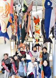 津軽石駅に手作りした新巻きザケの縫いぐるみを飾り付ける「いきいきサークル」の女性たち