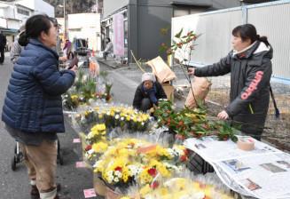 新年に向けて花や正月飾りなどを買い求める地域住民ら