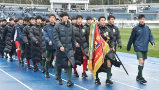 気合の入った掛け声に合わせて力強く行進する専大北上の選手たち=東京・駒沢陸上競技場