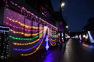 民家の外壁一面を彩る電飾。途切れることなく続いている