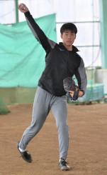 自主トレでキャッチボールを披露する巨人のドラフト1位、堀田賢慎投手=花巻市