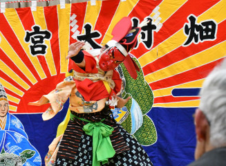 新年の始まりに雄々しく舞い、観衆を魅了した大宮神楽