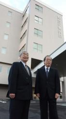 完成した新病院での医療と福祉の充実を期す(右から)大島俊克理事長、後藤勝也院長