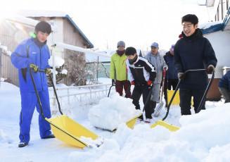 今季初のスノーバスターズ活動に励む安代中生ら=5日、八幡平市寺志田