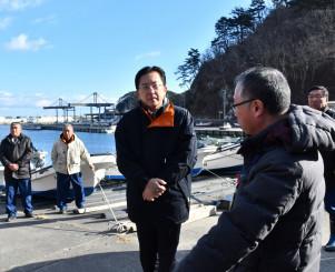 年頭訓示後、台風19号豪雨で被災した重茂漁港を視察する達増知事