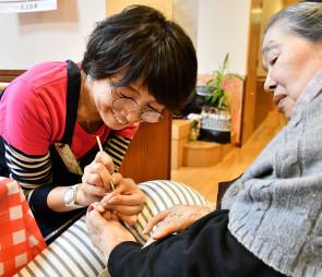 本県初の福祉ネイリストとして、高齢者らに元気を与える後藤智子社長(左)