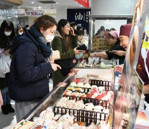 福岡や長崎のご当地グルメを買い求める客