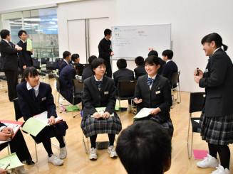 グループごとのテーマに沿って解決策を探る生徒ら