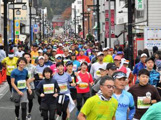 初開催のいわて盛岡シティマラソン。約9千人のランナーが部門ごとに分かれ、盛岡市の中心地や自然の中を駆け抜けた=2019年10月27日、盛岡市八幡町